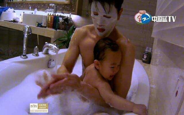 《爸爸回来了》第一期:吴尊给女儿洗澡不开热水 糊涂奶爸当之无愧