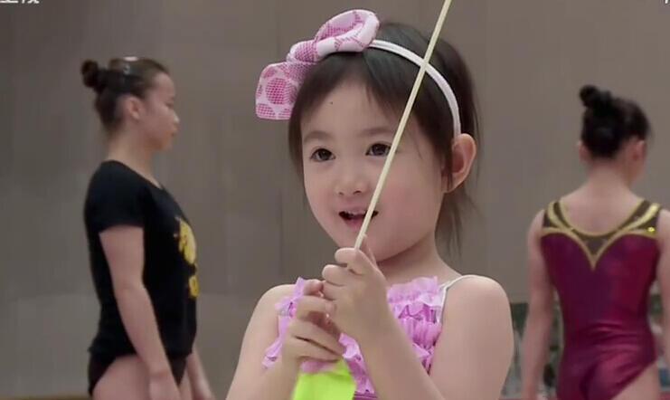 """《爸爸回来了》奥莉成下一个""""体操运动员""""?"""