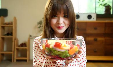 芭比不开火:内容丰富的蔬菜水果沙拉