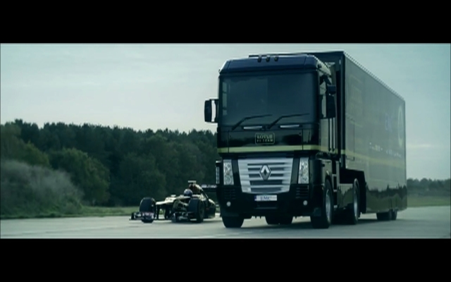 惊险!F1赛车直穿大卡车底盘