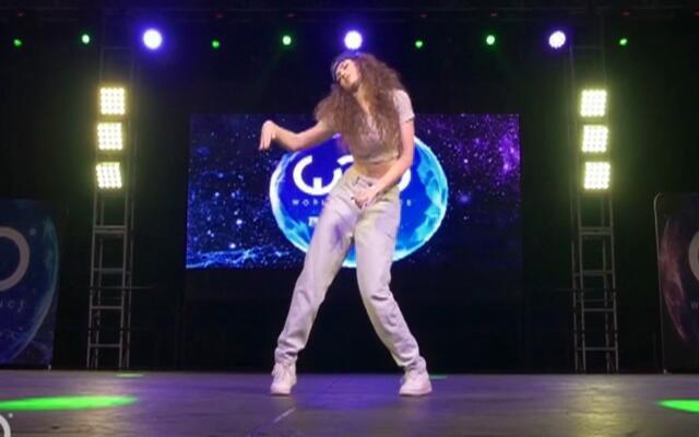 帅到炸裂!17岁洋娃娃美女现场机械舞表演
