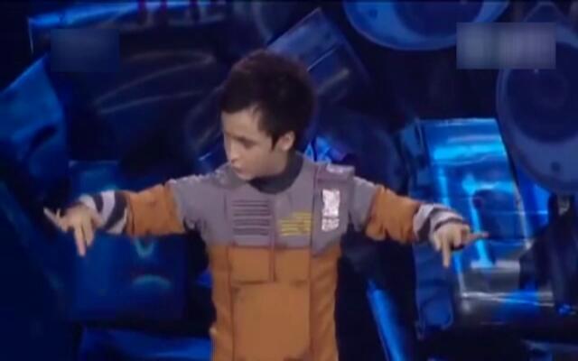 捷克小男孩模仿《机器人总动员》的创意舞蹈