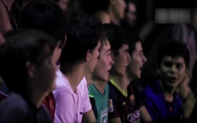 足球大神伪装老人 虐惨路边球员