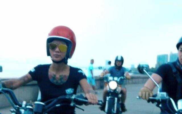 二更路过:美女复古摩托骑士 女人也能如此帅气