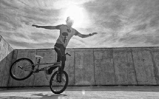 顶级BMX骑手炫酷飞车表演