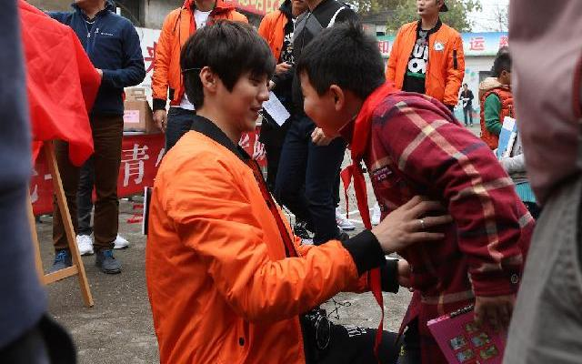 蓝朋友报道:《跑男》南京做公益 与孩子欢乐互动感悟多