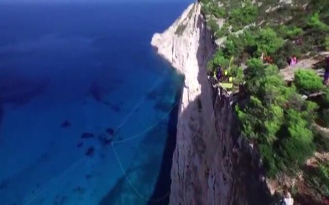 极限达人的跳悬崖大赛