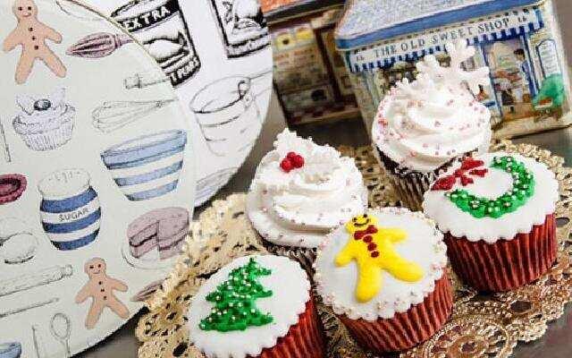 给纸杯蛋糕戴上圣诞帽!