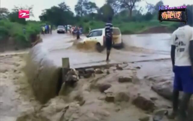 惊魂瞬间:桥面涨水  小车任性过河被冲走
