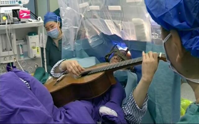 脑洞大开:患者弹吉他做手术  判断意识是否受影响