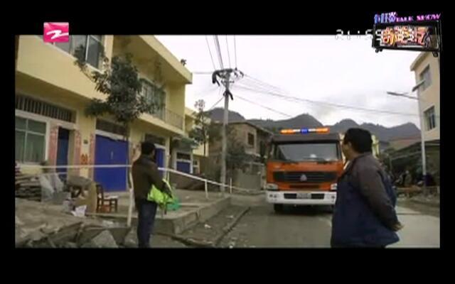 男子倒挂电线杆  消防高空营救