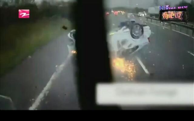 危险瞬间:轿车被撞剧烈翻滚  车内婴儿竟安然无恙