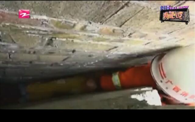 安全最重要:两男孩贪玩被夹墙缝  消防官兵拆墙救援