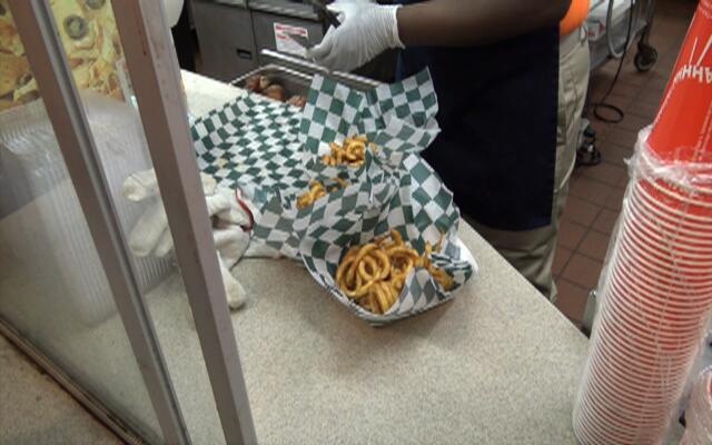 老美一分钟:美国的薯条都弯了 这么大的鸡腿你见过吗