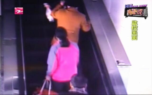 地铁站惊险一幕  电动扶梯上多人跌倒