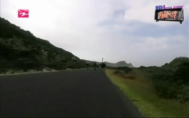 追你又咋滴:鸵鸟乱入自行车赛  飞速狂奔如开挂
