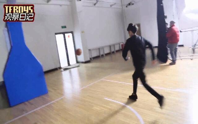 来看王俊凯王源打篮球啦