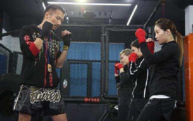 《蜜蜂少女队》谢霆锋辅导少女搏击要领