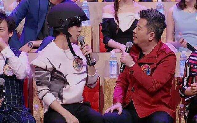 《谁是大歌神》薛之谦带头盔成功抢戏