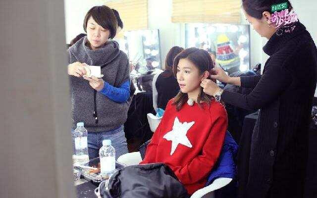 《蜜蜂少女队》谢霆锋带罗姝涵染头发 遭到成员嫉妒