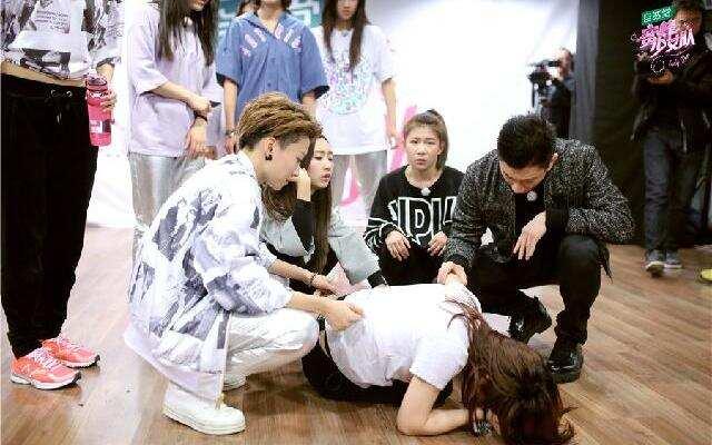《蜜蜂少女队》婉婷训练意外受伤 全员备战中韩友谊赛