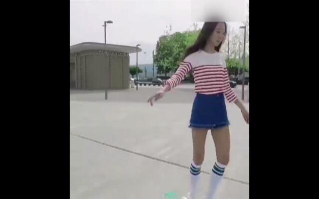 玩滑板的长腿美少女 简直要上天!