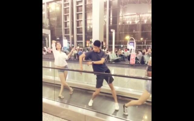 候机厅里的即兴舞蹈 当芭蕾舞演员飞机晚点时