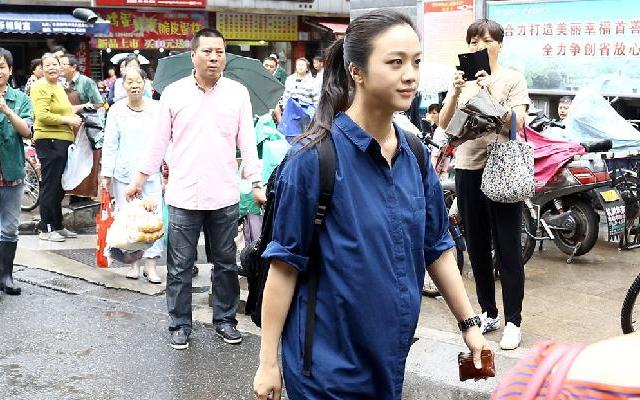 《熟悉的味道》汤唯李咏结伴上街买菜 引众人围观