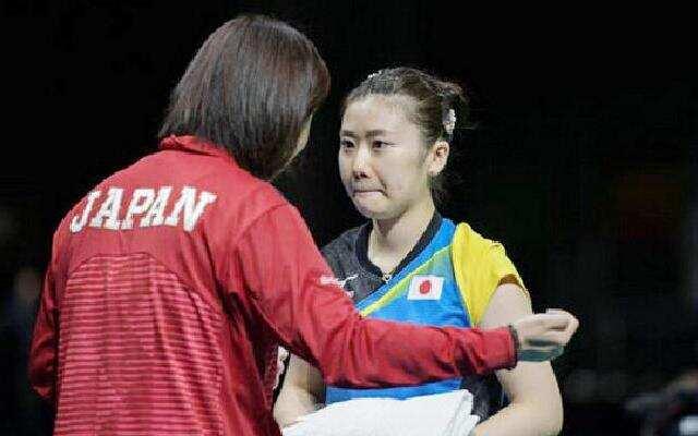 6岁的福原爱初次来到中国挑战上海小学的乒乓高手
