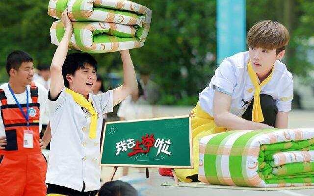 """第二季《我去上学啦》第10期:转学生上演叠被大赛 张丹峰变""""老赖""""拒不还钱"""