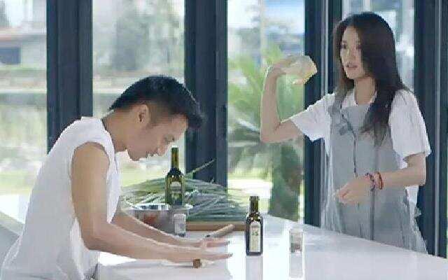 第三季《十二道锋味》舒淇玩飞饼频频失误 吃着香味葱油饼很幸福