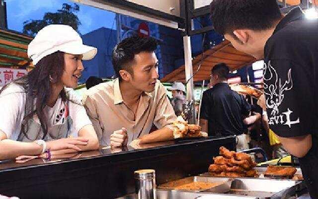 第三季《十二道锋味》霆锋小吃街领悟时间管理 邀请鸡排摊主加入