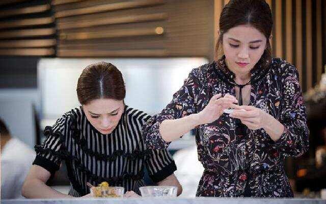 第三季《十二道锋味》twins变身小厨娘姐妹花学包咖喱角