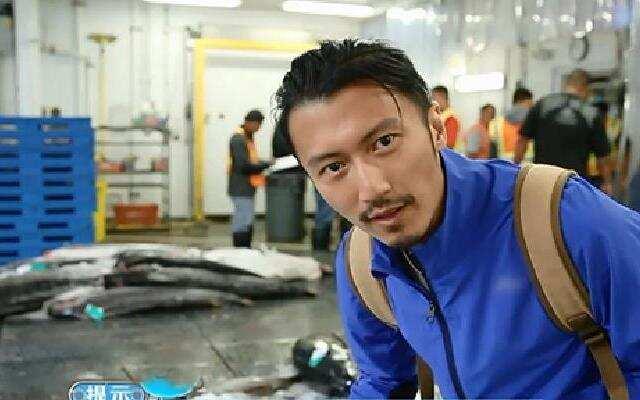 第三季《十二道锋味》霆锋深夜挑选鲜鱼 独特方法展现大厨风采