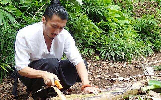 第三季《十二道锋味》霆锋热带雨林寻食材 火热石块放猪肚