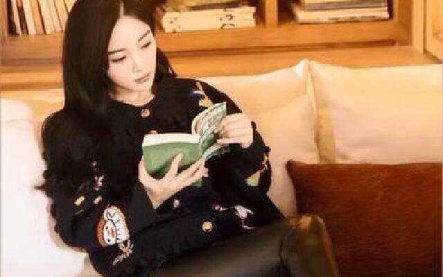 蓝朋友报到 李小璐穿皮裤秀长腿 温柔知性闲躺看书
