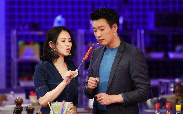 《食在囧途》佟悦夫妇囧餐厅偷师 烧烤是非遗震惊众人