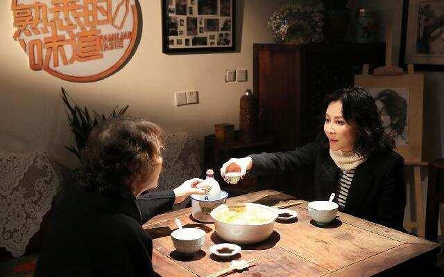 第二季《熟悉的味道》第1期:刘嘉玲忆儿时化身巧厨娘 与街坊唠嗑狂飙苏州话