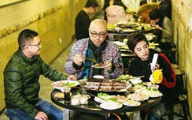 《食在囧途》重庆火锅特色体验之旅 徐峥伊一防空洞里烫火锅