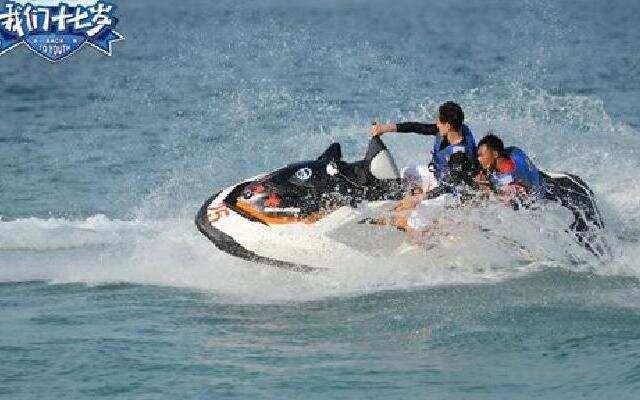 《我们十七岁》韩东君湿身水上秀 少年们面临惩罚超级怂