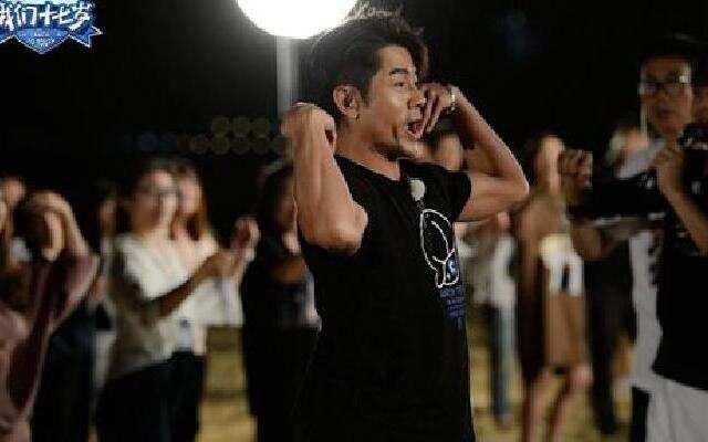 《我们十七岁》导演组悲催睡沙滩 熊孩子上线闹不停