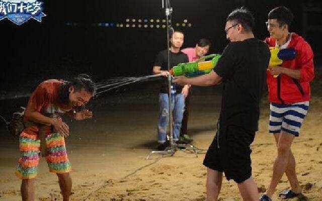 《我们十七岁》少年们与剧组大战 谁将在沙滩睡帐篷