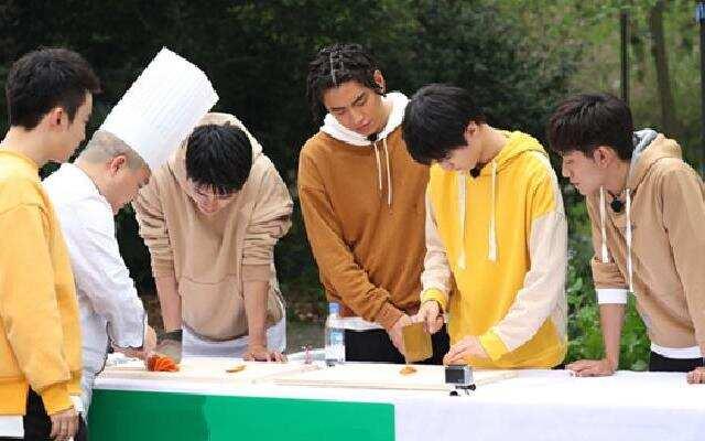 """《高能少年团》王俊凯成""""主刀人"""" 少年团独有的刀工的训练"""