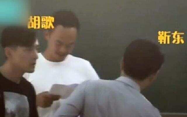 蓝朋友报到:胡歌客串《外科风云》片段曝光 咣当就给靳东跪下了