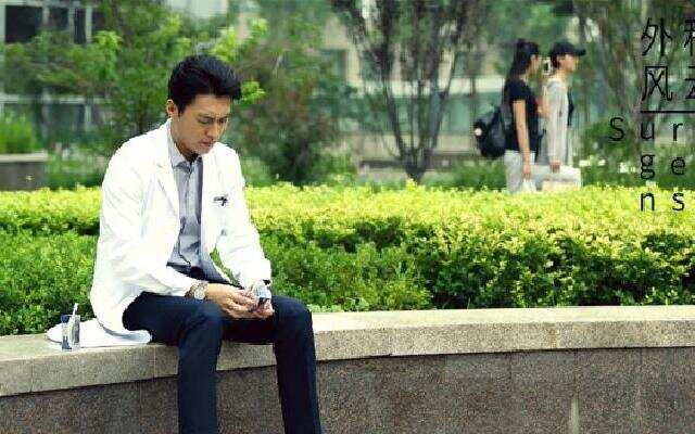 靳东拍摄现场活泼搞怪