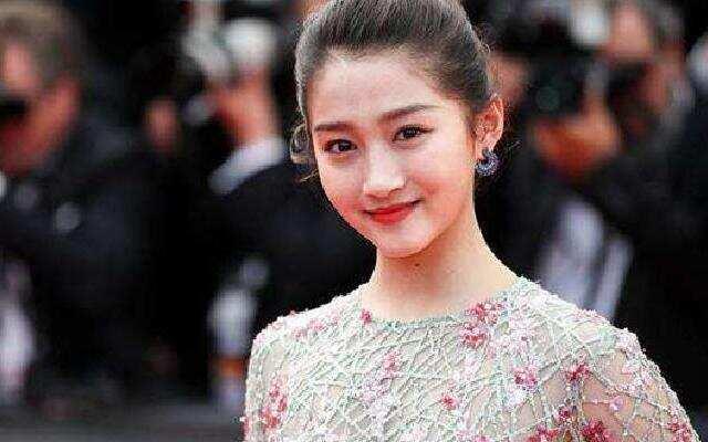 蓝朋友报到:关晓彤称手欠剪坏齐刘海 长发披肩更显清纯漂亮