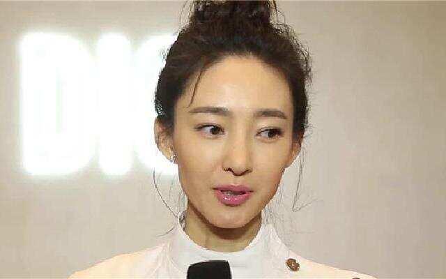 蓝朋友报到:王丽坤被爆恋情后现身机场 穿条纹衫身材消瘦