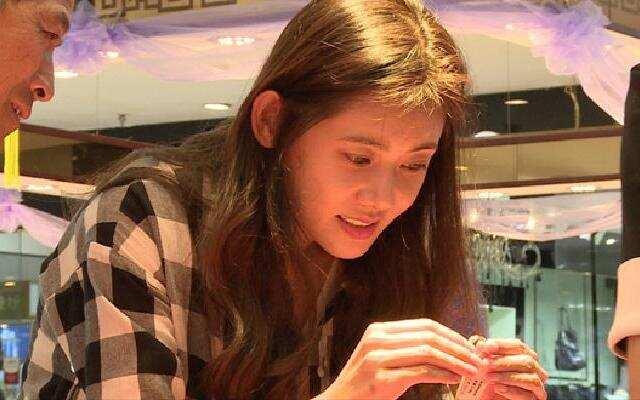 好幸福!秋瓷炫陪公公婆婆拍婚纱照画面温馨
