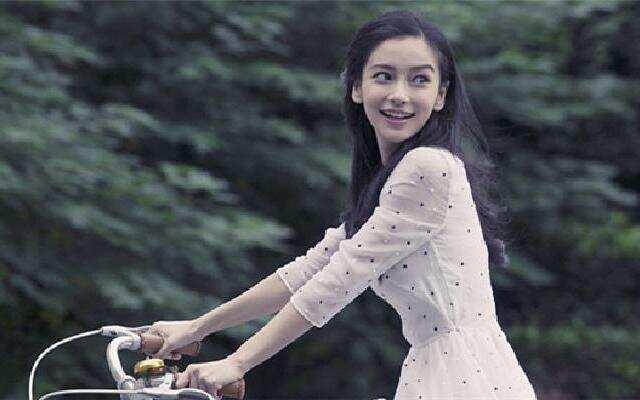 蓝朋友报到:Angelababy化身时光旅行者 穿白裙骑车仙气飘飘