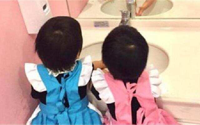 蓝朋友报到:林志颖双胞胎儿子穿女仆装 呆萌玩家家酒